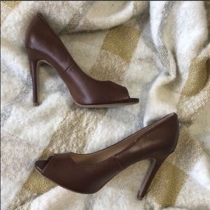 Guess brown peep toe pumps sz.8m